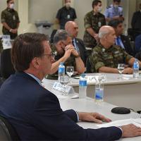 A presença do Gen Ex Luiz Eduardo Ramos, em traje de campanha, na solenidade de passagem do Comando  Militar do Sul (CMS) atraiu comentários desde o dia 30 Abril. Foto CMS