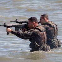 Exército analisa operacionalidade do Fuzil de Assalto IA2 7,62 mm após emersão no mar  Foto - EB