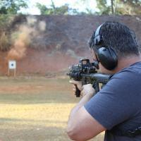 O Autor Eduardo Atem Carvalho atirando com um  M4  5.56 mm Foto - Autores