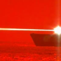 O USS Portland (LPD-27) abateu com êxito um veículo aéreo não tripulado (UAV) com um Laser de estado sólido. Foto US Navy