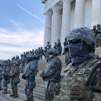 Militares americanos protegem monumento de Washington na Capital Americana.