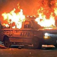 Viatura do Departamento de Polícia de Nova York destruído pelos manifestantes nos recentes tumultos nos Estados Unidos.