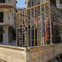 """Oficiais do exército sírio que apoiam o Presidente Bashar al-Assad e as suas famílias são trancados em jaulas para serem usados como """"escudos humanos"""" pelo grupo """"Exército de Islã"""", no subúrbio de Douma, em Damasco, Síria, 31 Out 15. O grupo alegou que os escudos humanos protegeriam os civis de Douma dos ataques aéreos liderados pelas forças aéreas russas e sírias. Balkis Press/Sipa USA via Associated Press"""