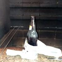 Uma das tradições dos gaúchos e seus descendentes e usar jornal velho ao redor de uma garrafa para começar o fogo do churrasco. Foto: Arquivo Autor