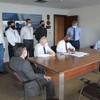 """O Diretor-Presidente da EMGEPRON e o Gerente do Programa Fragatas """"Classe Tamandaré"""", durante a assinatura do contrato"""