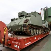 No Porto de Paranaguá desembarcam blindados doados pelo US Army