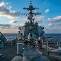Em foto divulgada pela Marinha dos EUA, o destróier de mísseis teleguiados USS Barry, da classe Arleigh-Burke, conduz operações em 28 de abril de 2020 no mar da China Meridional