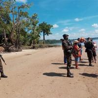 Militares da 22ª Brigada de Infantaria de Selva realizando fiscalização em Oiapoque