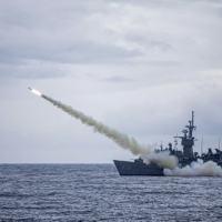 Foto de 15 de julho de 2020, divulgada pelo ministério da Defesa de Taiwan, mostra um navio de guerra lançando um míssil Harpoon, de fabricação americana, durante exercício militar no mar perto de Taiwan