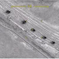 Nesta imagem, extraída de um filme de divulgação do Ministério da Defesa do Azerbaijão, blindados armênios na alça de mira de um drone de combate; atacados a seguir, alguns foram destruídos ou danificados - em Setembro, 27, frente de batalha na autoproclamada República de Nagorno-Karabakh.