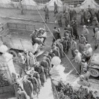 Soldados alpinos fascistas italianos capturados pelos brasileiros aguardam para serem interrogados em Viareggio, na Itália, em 31 de outubro de 1944   Foto: REPRODUÇÃO/GLI EROI VENUTI DAL BRASILE