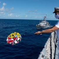 """A homenagem ocorreu após o Navio-Escola """"Brasil"""", que realiza XXXIV Viagem de Instrução de Guardas-Marinha (VIGM), ter conduzido, em 28 de outubro, em águas internacionais do Caribe, exercícios com o contratorpedeiro USS """"William P.Lawrence"""", também daquela Marinha amiga."""