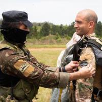 Cerimônia de entrega do brevê de paraquedista militar, a militares da Nação Amiga Argentina. Foto 3ª DE