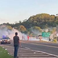 Indígenas que roubaram carga de caminhão acidentado no Paraná fecham rodovia e atacam policiais