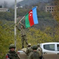 Soldado do Azerbaijão finca bandeira de seu país, em 1o de dezembro de 2020, na cidade de Lachin