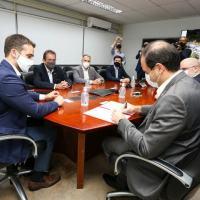 Governador Eduardo Leite e o presidente da CBC, Fábio Mazzaro, na assinatura, em São Leopoldo - Foto: Felipe Dalla Valle / Palácio Piratini