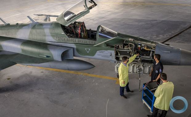 F-5M fighter with AEL Sistemas technicians working at ALA 3.