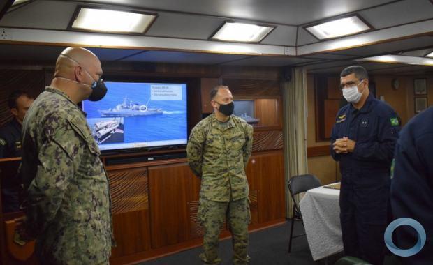 Membros da Marinha (US NAVY) e do Corpo de Fuzileiros Navais dos EUA (USMC) embarcam na fragata F-45 União da MB