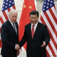 O presidente chinês Xi Jinping e o presidente eleito Joe Biden em 2013. Chineses vêm se recuperando mais rapidamente da pandemia