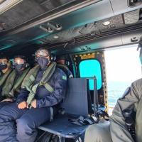 """Aspirantes no UH-15 acompanhando exercícios da Força Aeronaval no convoo do NAM """"Atlântico"""""""
