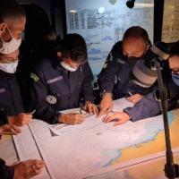 """Aspirante Bayma sendo orientado pelos Oficiais de Superfície no COC do NAM """"Atlântico"""""""