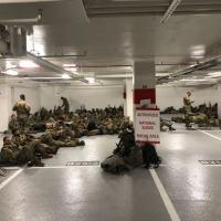 Parte das tropas da Guarda Nacional acantonadas em uma garagem após terem sido despejadas de prédios públicos por ordem da Deputada Democrata Nancy Pelosi.