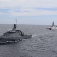 "O NPaOC ""Amazonas"" e o navio americano USCGC ""Stone"" realizam exercícios de ""leap frog"""