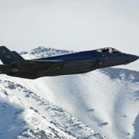 Um avião de combate F-35 do tipo que Estados Unidos planeja vender aos Emirados Árabes Unidos em missão de treinamento na Base da Força Aérea Hill em Ogden, Utah en 2017