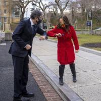 O Secretário de Estrado Antony Blinken ao entrar no Departamento de Estado em 27 de janeiro de 21, foi saudado pela diplomata Julie Chung encarregada do Hemisfério Ocidental.   Foto: Departamento de Estado