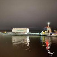 """Navio-Patrulha """"Pampeiro"""" realiza segurança da balsa com tanque de oxigênio que atenderá hospitais de Manaus (AM)"""