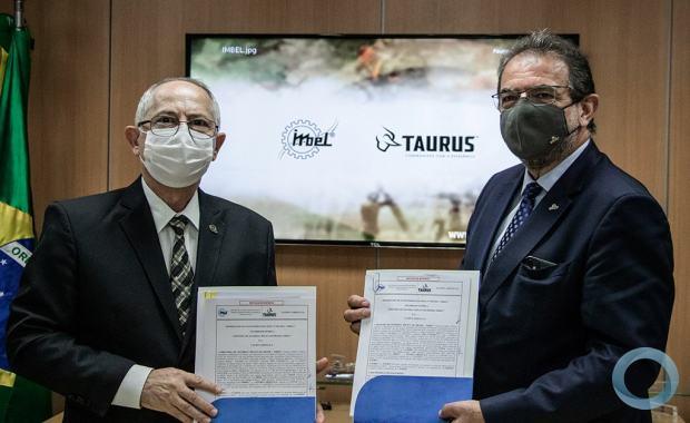 A assinatura da parceria  contou com as presenças do Diretor-Presidente da Indústria de Material Bélico do Brasil, General Aderico Mattioli, do Presidente - CEO Global - da Taurus Armas, Sr. Salesio Nuhs e Diretores das duas Empresas. Foto IMBEL