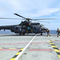 """Grupamento de Mergulhadores de Combate embarca na aeronave """"Pegasus"""" para exercício de Fast Rope - técnica de infiltração rápida em ambiente hostil"""