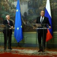 O chanceler russo, Serguei Lavrov (D) e o chefe da diplomacia europeia, Josep Borrell, durante entrevista coletiva em Moscou