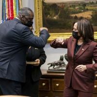 O secretário da Defesa dos EUA, Lloyd Austin, cumprimenta a vice-presidente Kamala Harris na Casa Branca em janeiro