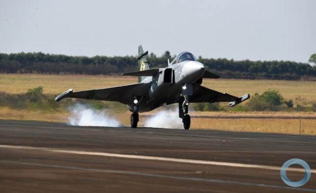 Caça F-39 Gripen pousa na pista da EMBRAER, em Gavião Peixoto. Foto EMBRAER
