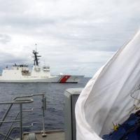 "NPa ""Guaratuba"" aproxima-se do Navio Norte-Americano (USCGC) ""Stone"""