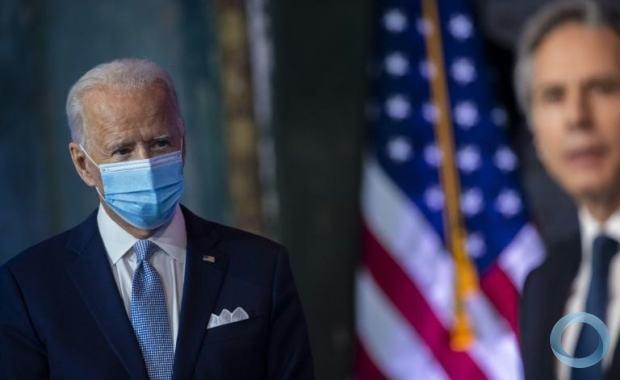 O presidente dos EUA, Joe Biden, ouve o secretário de Estado Antony Blinken antes de sua posse em 24 de novembro em Wilmington, Delaware.