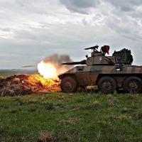 Viatura Blindada de Reconhecimento VBR EE-9 Cascavel dispara o canhão de 90mm
