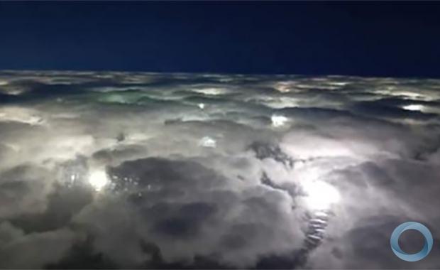 Uma foto recente, desde um avião Turbotracker da Armada Argentina; as luzes abaixo não são uma cidade, mas as luzes de navios estrangeiros pescando na orla do mar argentino Foto INFOBAE