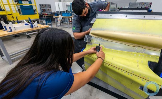 A fábrica de aeroestruturas da SAAB no Brasil concluiu a produção do primeiro par de freios aerodinâmicos do Gripen E. A peça será enviada para Linköping, na Suécia, no início de abril, conforme o cronograma de produção da empresa.