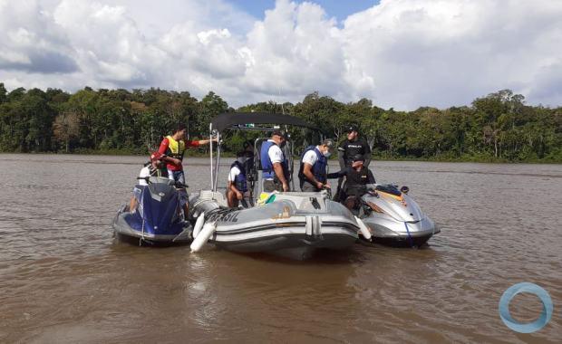 Militares vistoriam embarcações e veículos para coibir delitos na Amazônia Legal