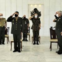 Comandante do Exército Brasileiro é condecorado com Medalha Militar de Platina com passador de platina