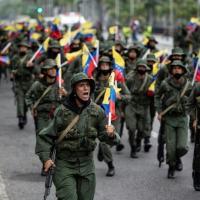 Militares participam de marcha e desfile militar no âmbito de exercícios em Caracas, em 5 de março de 2021