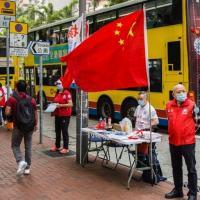 Bandeira da China em posto de Hong Kong onde os moradores podem assinar uma petição a favor da reforma eleitoral do território