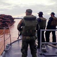 Militares da Marinha abordam embarcação irregular próximo a São Sebastião da Boa Vista (PA)