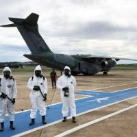 Militares do Exército realizam desinfecção em aeronave KC-390 após adestramento de paraquedistas