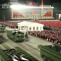 Desfile militar organizado em Pyongyang em janeiro exibiu mísseis similares aos lançados na quinta-feira