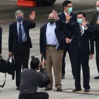 (Da esq. para dir.) O ex-senador americano Christopher Dodd, os ex-secretários de Estado adjuntos James Steinberg e Richard Armitage, desembarcam no aeroporto de Taipei, em 14 de abril de 2021, em Taiwan