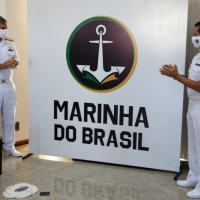 Comandante da Marinha e Diretor do CCSM durante descerramento da nova logomarca da Marinha