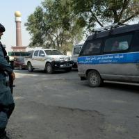 (ARQUIVO) Policial afegão vigia um posto de controle perto da embaixada dos EUA em Cabul, em 26 de junho de 2013 - AFP/Arquivos